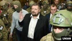 Ігор Мосійчук в оточенні співробітників СБУ йде до виходу з будівлі Верховної Ради, 17 вересня 2015 року