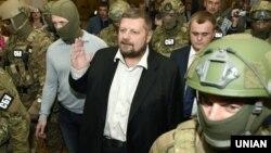 Депутат від фракції «Радикальної партії» Ігор Мосійчук в оточенні співробітників СБУ, 17 вересня 2015 року