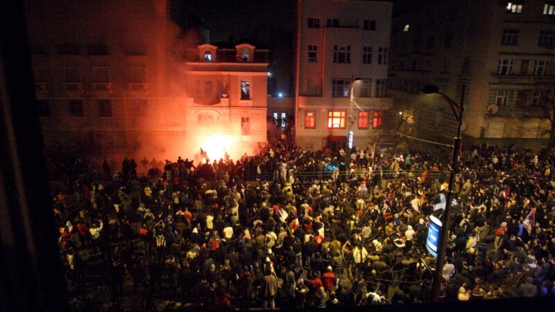 Условни казни за палењето на Американската амбасада во Белград