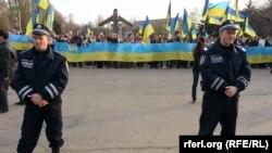 Милиционеры на площади, где проходит акция проукраинских сил. Донецкая область, 17 апреля 2014 года.