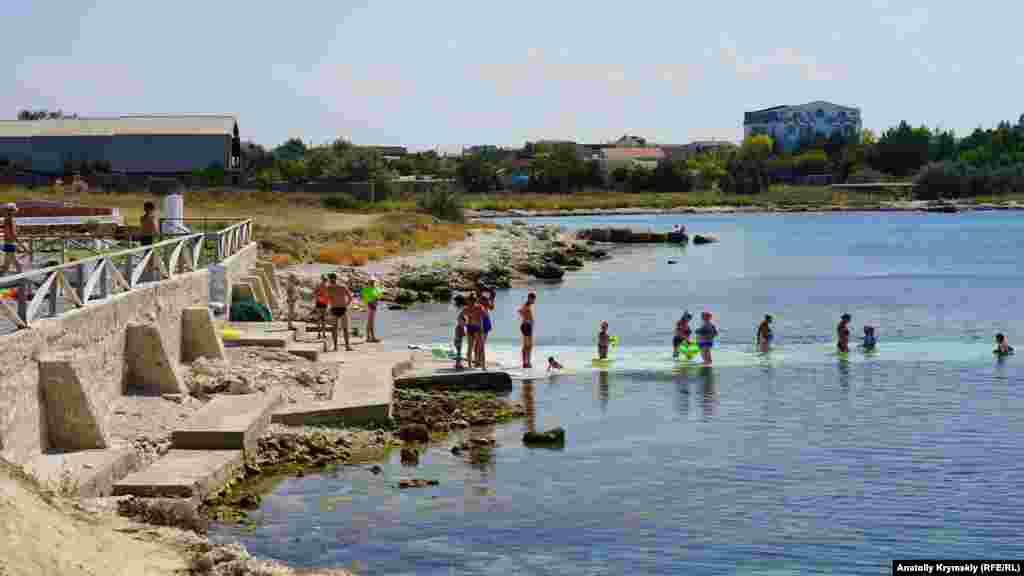Неподалеку – укрепленный бетонными стенками пляж нового пансионата, который его работники назвали «Новый океан»