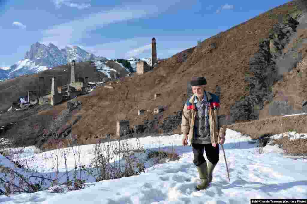 Сельский житель в горах Ингушетии