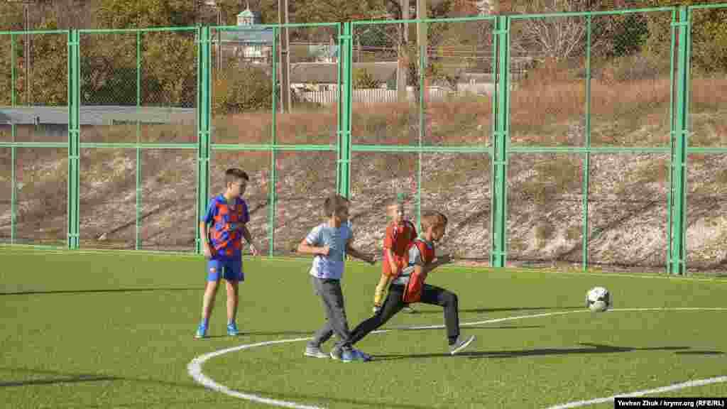 В Сахарной Головке есть новая спортивная площадка с искусственным газоном