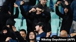 Болгарські вболівальники використовували нацистські вітання й демонстрували одяг з логотипом УЄФА й написом «No Respect» («Ніякої поваги»), як алюзію на кампанію «Respect» («Повага») УЄФА, спрямовану на викорінення расизму у спорті