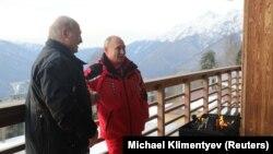 Аляксандар Лукашэнка і Ўладзімір Пуцін пасьля лыжаваньня ў Сочы, 13 лютага
