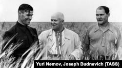 Перший секретар Комуністичної партії Радянського Союзу Микита Хрущов (ц) в українській вишиванці на полі в Костанайській області, 28 липня 1956 році