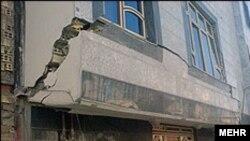 یکی از آثار زمین لرزه در ایران، عکس تزیینی است