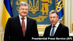 Ukrainian President Petro Poroshenko (left) with Kurt Volker in Kyiv on January 23.