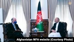 محمد حنیف اتمر وزیر خارجه افغانستان (راست) حین دیدار با راس ویلسن شارژدافیر و سرپرست سفارت امریکا در کابل