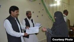 د بلوچستان صوبايي اسمبلۍ غړی نصر الله زېری زدهکوونکو ته وظیفې وېشي.