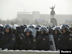 Полицейские стоят в Актау. 19 декабря 2011 года.