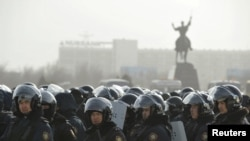 Полицияның қарулы жасағы Ақтаудағы орталық алаңда тұр. 19 желтоқсан 2011 ж.