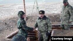 Ադրբեջանի պաշտպանության նախարար Զաքիր Հասանովը հայկական և ադրբեջանական զորքերի շփման գծում, 25-ը նոյեմբերի, 2014թ․