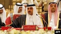 در این تصویر از دسامبر گذشته تمیم بن حمد آل ثانی، امیر قطر، در جریان نشست شورای همکاری خلیج فارس در بحرین