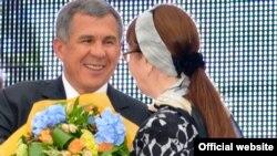 Рөстәм Миңнеханов язучы Нәбирә Гыйматдиновага Тукай бүләген тапшыра