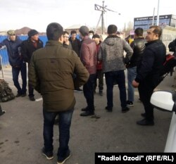Ресей-Қазақстан шекарасында тұрған мигранттар. Көрнекі сурет.