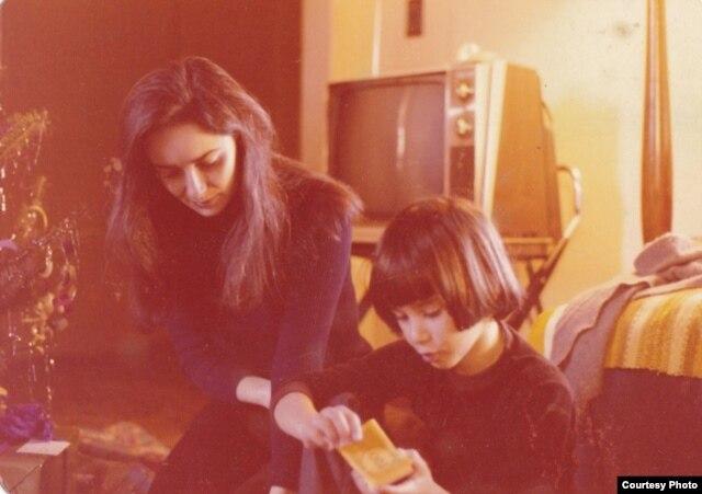 Маша Слоним с сыном Антоном за день до отъезда из СССР, 1974 год
