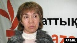 Шолпан Әблязова, Мұхтар Әблязовтың немере әпкесі, Азаттық радиосының Алматыдағы бюросында. Сәуір 2009 ж.