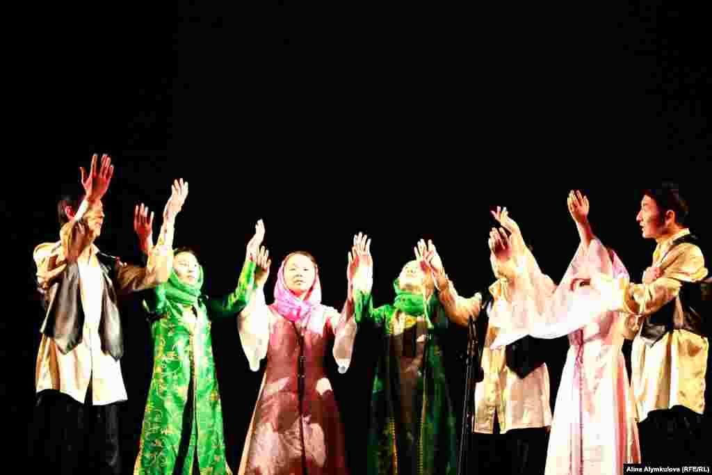 Студенты Кыргызского государственного института культуры и искусства имени Б.Бейшеналиевой поставили спектакль о жизни лидера Исламской революции Рухолла Хомейни.