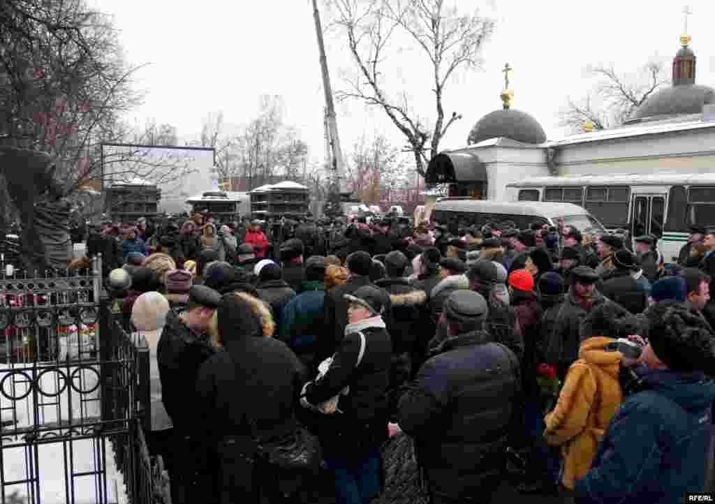 С утра к могиле поэта на Ваганьковском кладбище в Москве потянулись поклонники.