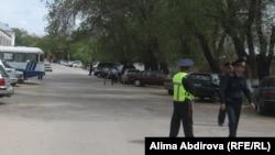 Жарылыс болған ҰҚК департаменті ғимаратының маңайын полиция күзетіп тұр. Ақтөбе, 17 мамыр 2011 жыл.