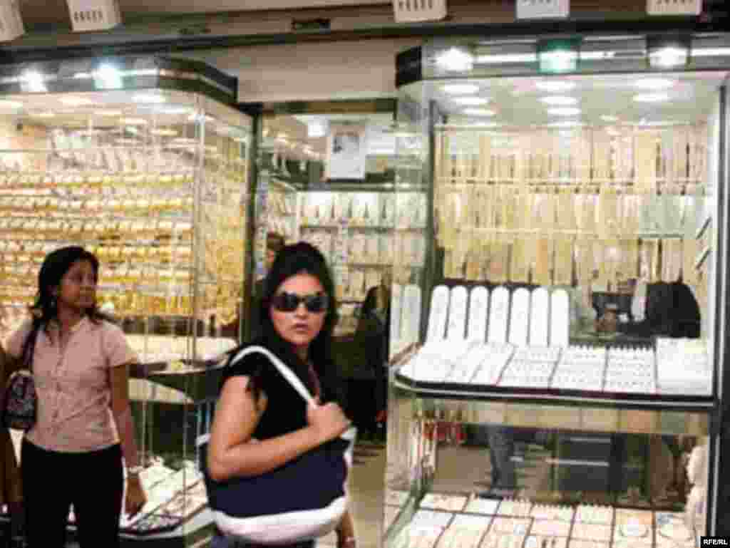 UAE, Iranians are shopping in Dubai for newrouz, Persian traditional new year, 03/26/2007