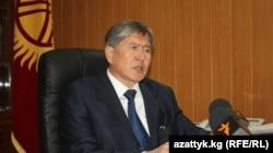 """Алмазбек Атамбаев """"Азаттыктын"""" суроолоруна жооп берүүдө, 30-декабрь."""