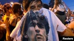 اشتراک مردم در مراسم به خاک سپاری دیگو مارادونا