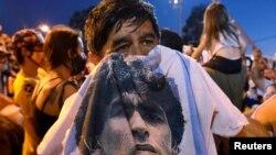 مردم ارجنتاین وفات دیگو مارادونا ستارۀفوتبالاین کشور و جهانرا ماتمگرفته اند.