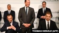 Գերմանիա - Սերբիայի նախագահ Ալեքսանդր Վուչիչը (կանգնած, աջից) և Կոսովոյի նախագահ Հաշիմ Թաչին (կանգնած, ձախից) համաձայնագրի ստորագրման ժամանակ, Մյունխեն, 14-ը փետրվարի, 2020թ.