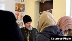 Архиепископ Климент общается с семьями захваченных украинских моряков