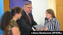 Un proiect USAID și profesorii moldoveni primind diplomele de încheiere a instruirii.