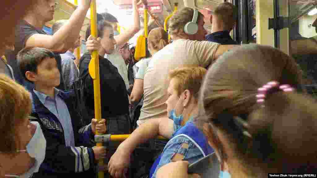 У переповнених автобусах дотримуватися соціальної дистанції не вдається, багато пасажирів – без засобів захисту