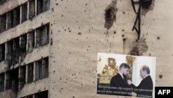 На плакате в разрушенном Грозном Рамзан Кадыров принимает награду от Владимира Путина, 28 ноября 2005 года