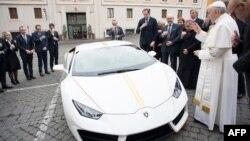 قیمت این لامبورگینی مدل هوراکان در بازار بیش از ۲۰۰ هزار دلار است