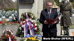 Павел Жачек на церемонії покладання квітів до пам'ятника воїнам Червоної Армії на Ольшанському кладовищі. 8 травня 2021 року