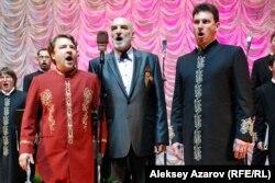 Вместе с Праздничным хором Валаамского монастыря выступал народный артист РСФСР Алексей Петренко (в центре). Алматы, 10 мая 2015 года.