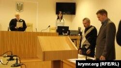 Екс-депутат із Криму Василь Ганиш (л) у Печерському суді Києва, 29 квітня 2015 року