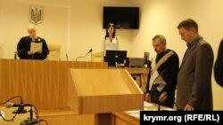 Екс-депутат Василь Ганиш (другий праворуч) слухає судовий вердикт, Київ, 29 квітня 2015 року