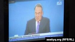 На телеэкране - президент Казахстана Нурсултан Назарбаев выступает с посланием к народу. Астана, 17 января 2014 года.