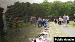 К мемориалу Вьетнамской войны в Вашингтоне часто приходят с непустыми руками
