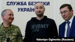 Слева направо: глава СБУ Василий Грицак, Аркадий Бабченко и глава ГПУ Юрий Луценко во время брифинга СБУ. Киев, 30 мая 2018 года