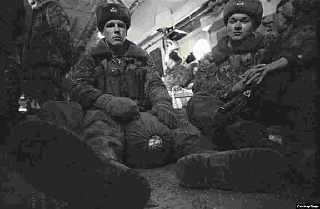 Фото Алексея Сазонова - Солдаты в самолете, летящем на войну, о которой они ничего не знают