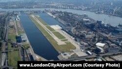 Взлетно-посадочная полоса и инфраструктура London City Airport.