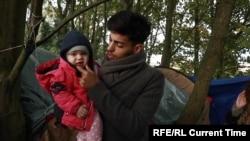 Беженец из Курдистана, живущий в палатке на французском побережье Ла-Манша