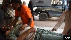 Ekipet e shpëtimit e ndihmojnë një të plagosur nga zjarri në Gadani të Pakistanit