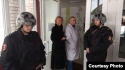 Анастасия Васильева и Вадим Ладягин на входе в больницу в Окуловке