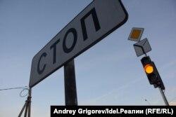 Светофор на повороте в посёлок продолжал мигать жёлтым и в понедельник, 22 октября.
