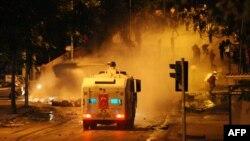 Полиция Анкарадағы шеруге шыққандарды қуып тарату үшін су шашып тұр. Анкара, 17 маусым 2013 жыл.