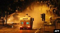 Թուրքիա - Ոստիկանությունը ջրցան մեքենայի օգնությամ ցրում է Անկարայի կենտրոնում անցկացվող ցույցը, 17-ը հունիսի, 2013թ.